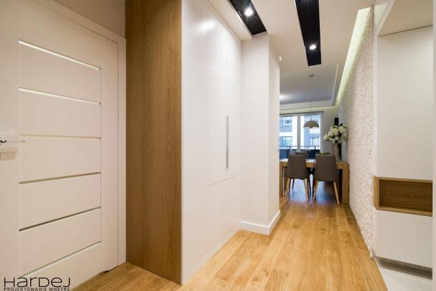 aranżacja korytarz z biała szafa