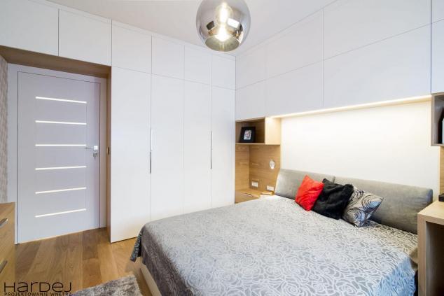 aranzacja sypialnia szafa biała z drewnem