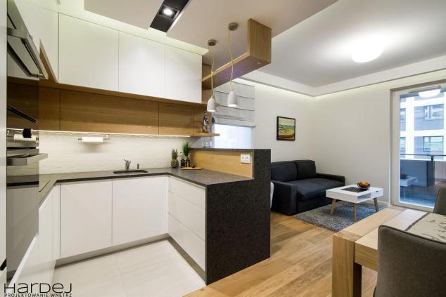 projekt wnętrz biała kuchnia z czarnym blatem
