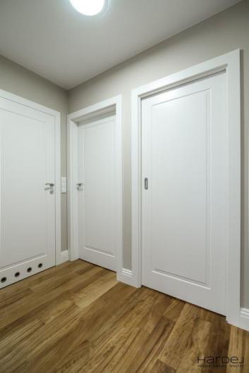 drzwi przesuwne i standardowe obok siebie