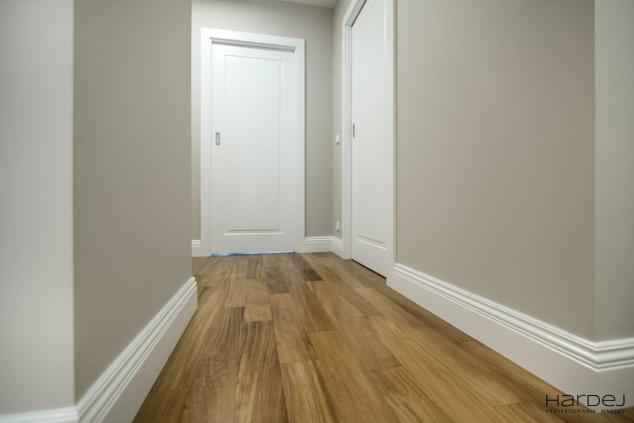podłoga iroko białe drzwi frezowane