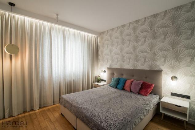 jasna hardej sypialnia złote lampy tapeta we wzory
