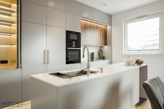 wnętrze kuchnia wyspa biały kamień