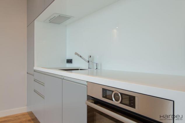 mała kuchnia białe szkło szare fronty