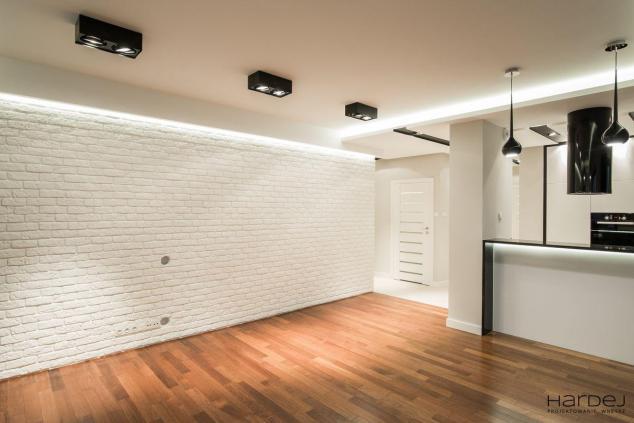duży salon biała cegła