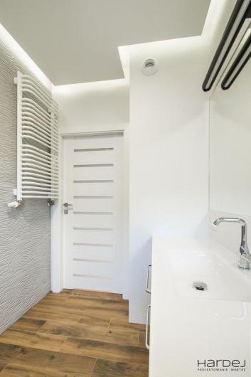 łazienka płytka drewnopodobna na podłodze