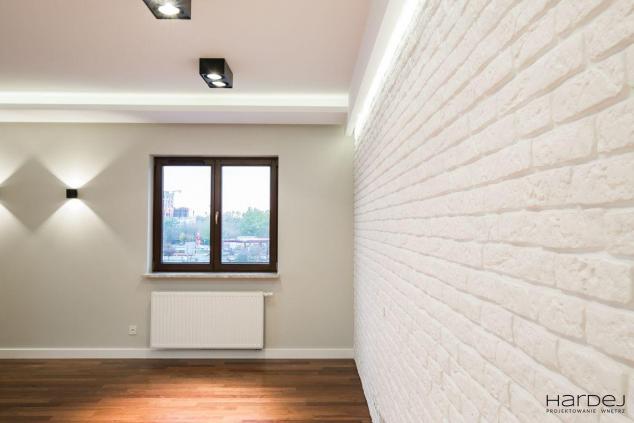 styl nowoczesny biała cegła podłoga merbau