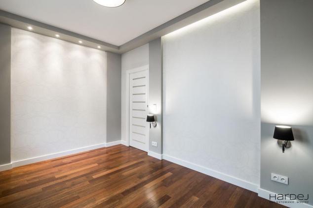 sypialnia oświetlenie wbudowane tapeta