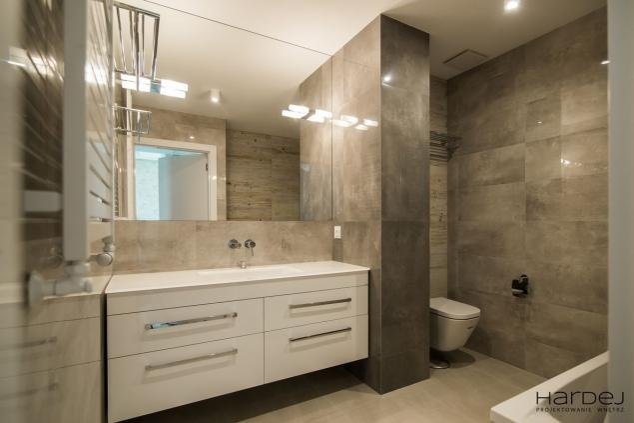 łazienka kamienne płytki
